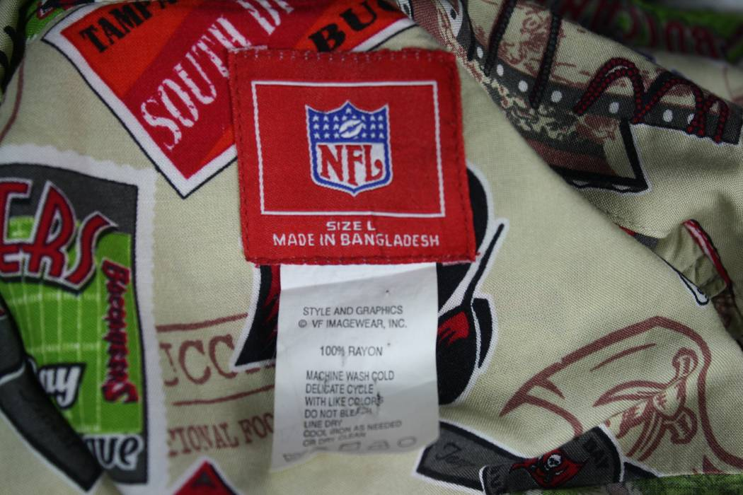 Vintage Tampa Bay Buccaneers All Over Print Hawaiian Rayon Camp Shirt NFL  Mens L Size US b61d39439