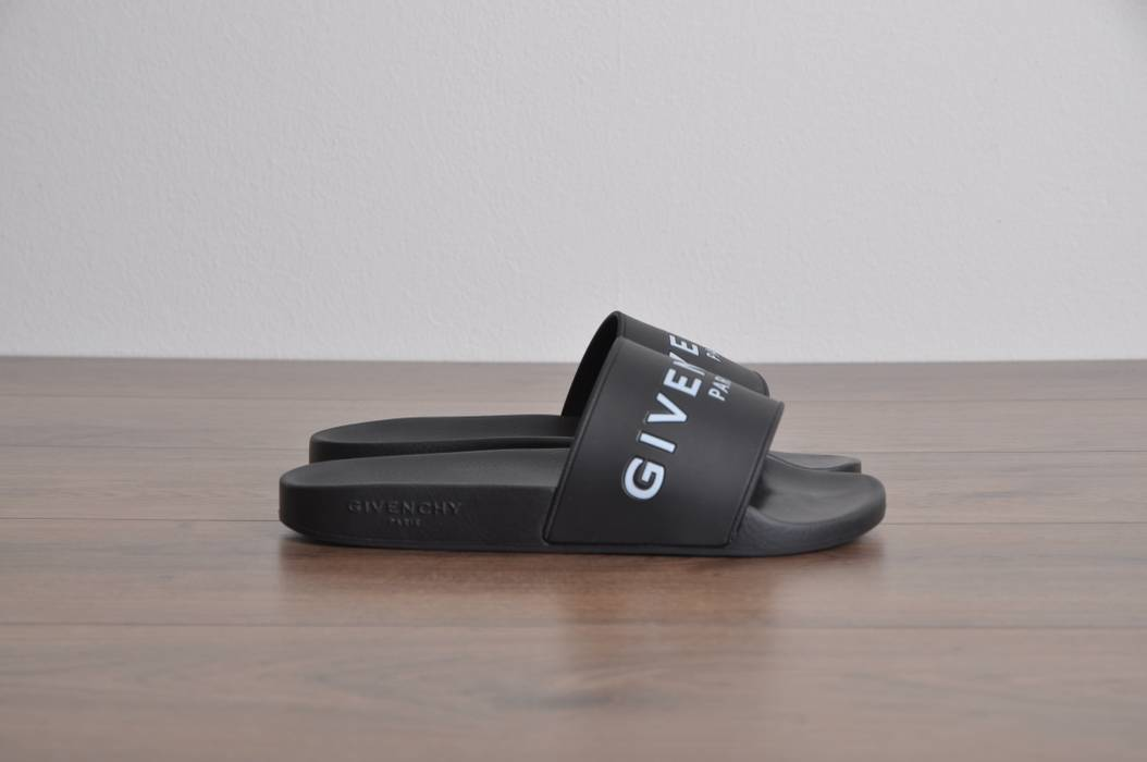 4e3acadefe5f3a Givenchy Black Rubber Givenchy Paris Logo Embossed Sandals Size US 6   EU 39