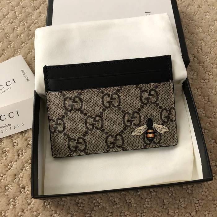 158bf79e0cc Gucci Gucci Beige Black GG Supreme Bee Print Card Holder Wallet Size ...