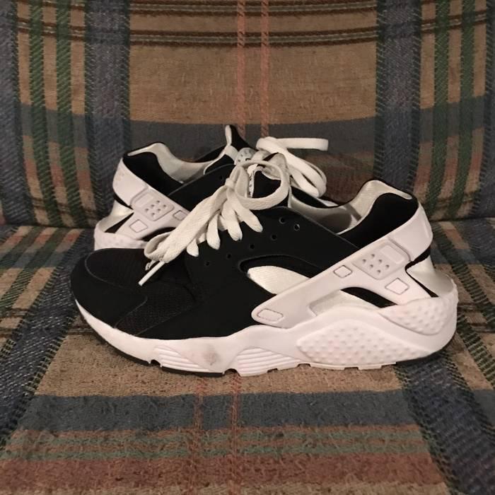 b55b9663e815e6 Nike Huarache Run GS Boys  Grade School Black and White 654275-009 ...