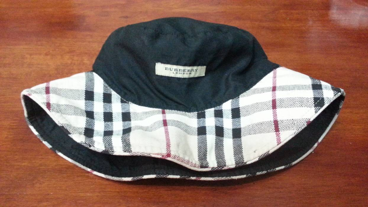 bc95f459b93 Burberry Burberry bucket hat Size one size - Hats for Sale - Grailed