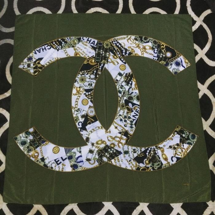 7e14aa4e99f Chanel stunning CHANEL silk scarf big logo Size one size - Gloves ...