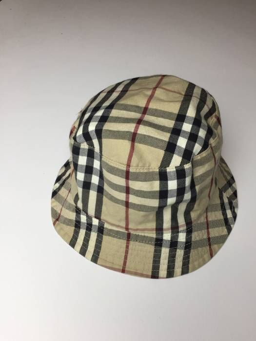 e95e638a39a37 Burberry REVERSIBLE BUCKET HAT Size one size - Hats for Sale - Grailed