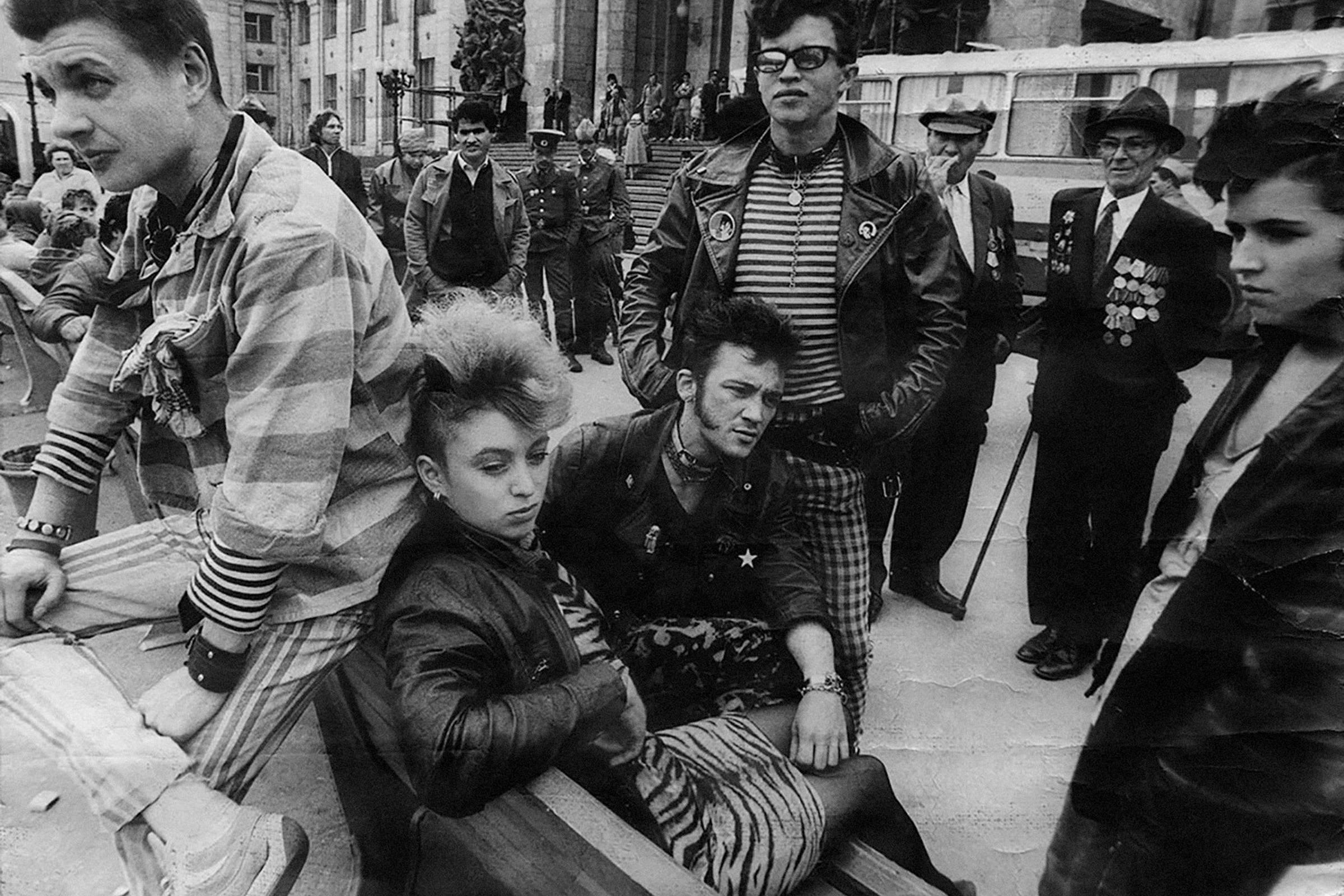 """Leningrad punks at the filming of Soviet movie """"Bez Mundira"""", 1988"""