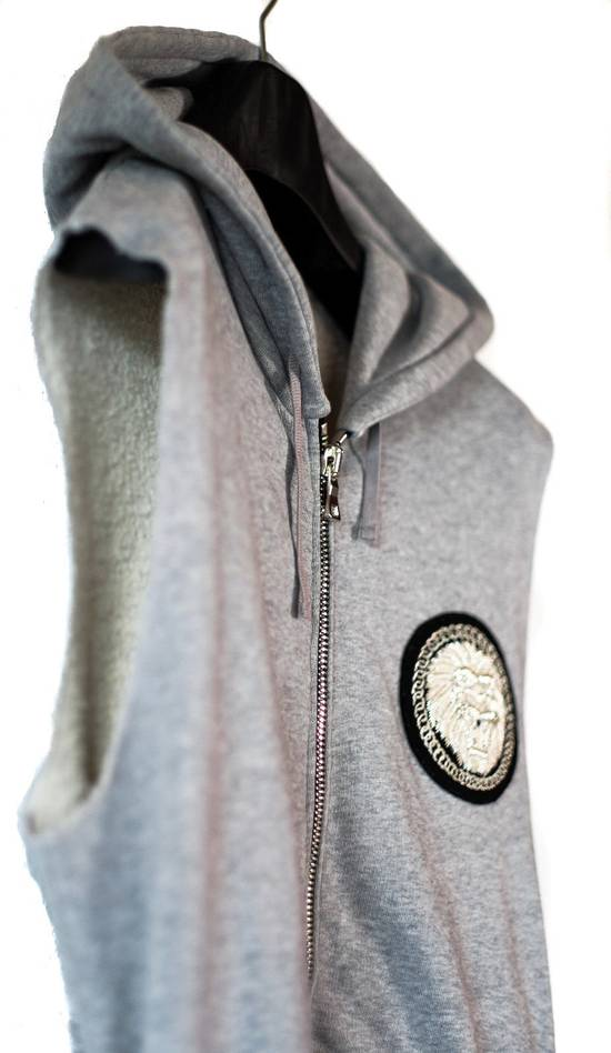 Balmain NWT EMBROIDERED BADGE GREY SLEEVELESS HOODED SWEATSHIRT L,RRP 1304$ Size US L / EU 52-54 / 3 - 6