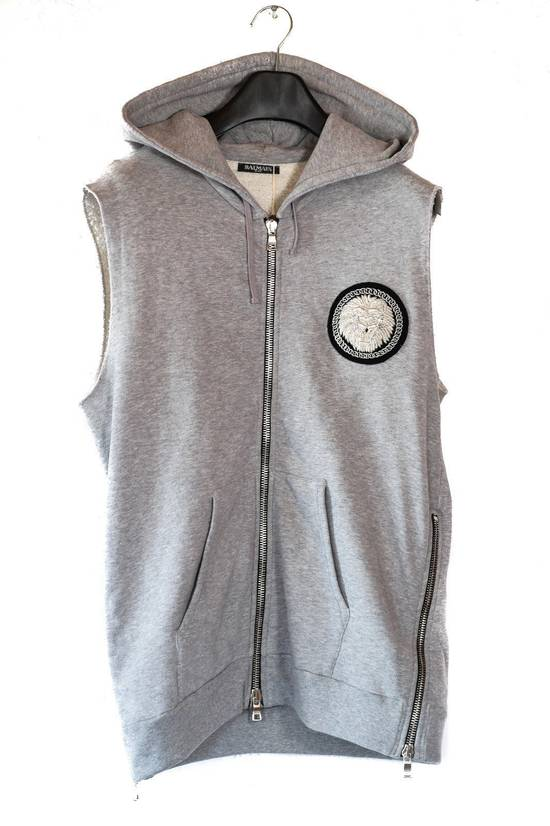Balmain NWT EMBROIDERED BADGE GREY SLEEVELESS HOODED SWEATSHIRT L,RRP 1304$ Size US L / EU 52-54 / 3