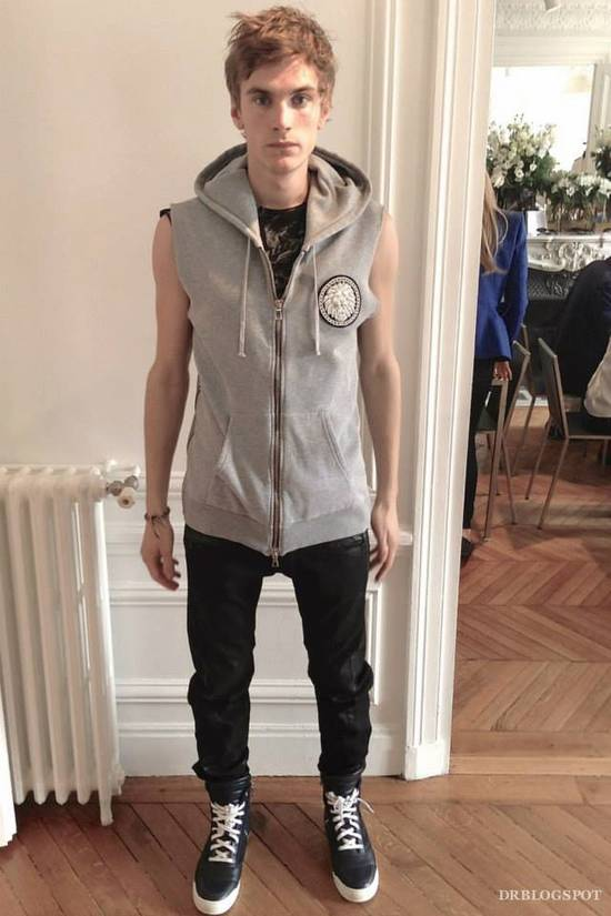 Balmain NWT EMBROIDERED BADGE GREY SLEEVELESS HOODED SWEATSHIRT L,RRP 1304$ Size US L / EU 52-54 / 3 - 1